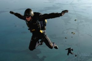 skydiving-665020_1280-600x400
